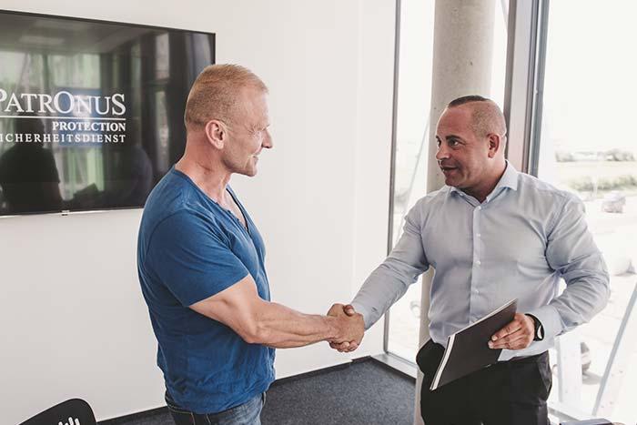 Joachim Steimle schüttelt einem Kunden die Hand