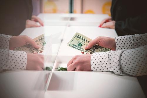 Hände zählen Geld.