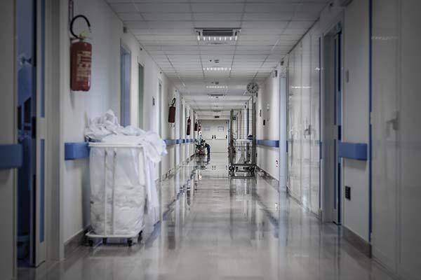 Ein Gang in einem Krankenhaus